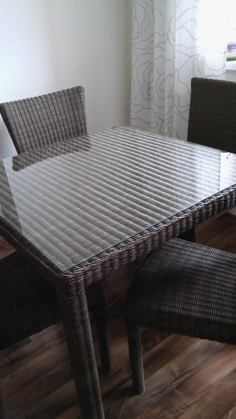 Stôl +stoličky ratanové,