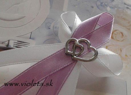 fialové svadobné pierka,