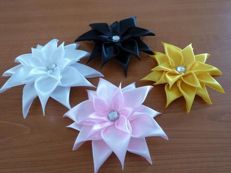 saténové kvety,