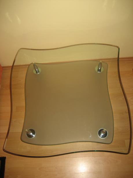sklenený stolík,