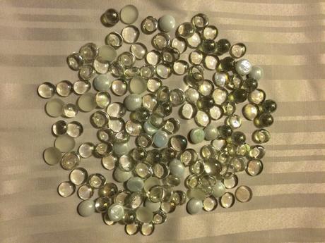 Průhledné, matné a perleťové kamínky,