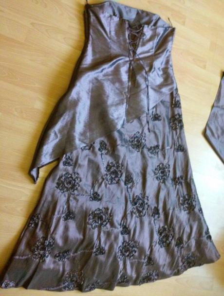 Šaty so šálom, 46