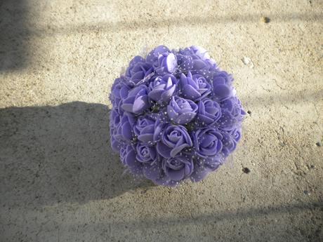 Fialová květinová koule.,