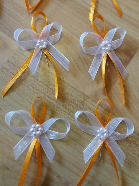Žluto-oranžové vývazky s perlovým květem,