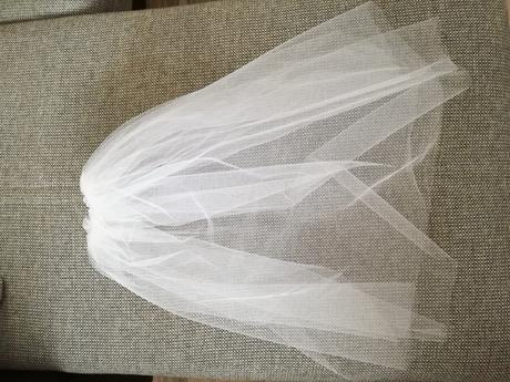 Sněhově bílí svatební závoj ,