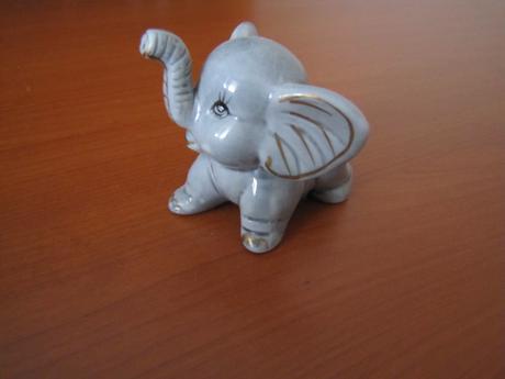 Maly keramicky slonik,
