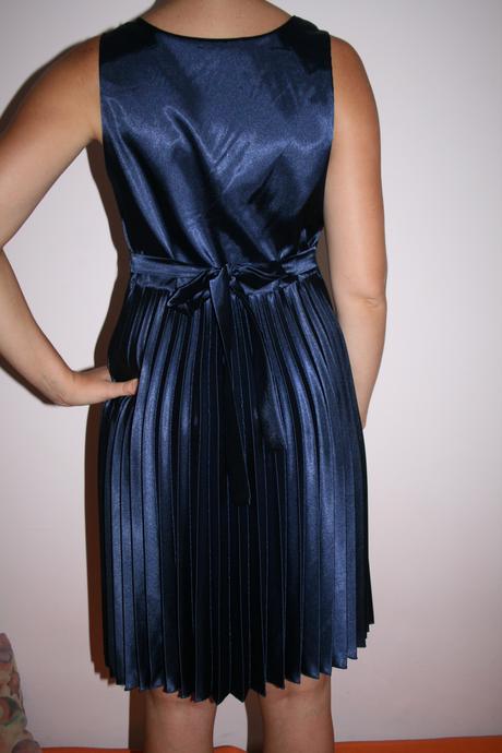 Krátke saténové šaty, 40