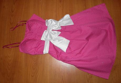 Ružové šaty s bielou mašľou a bodkami, S