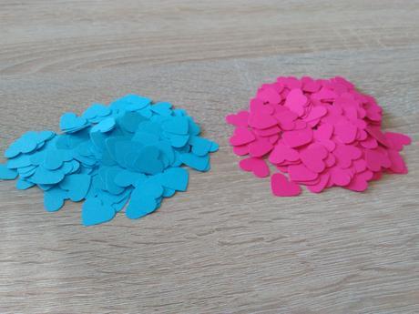 Papierové srdiečka rôznej farby,