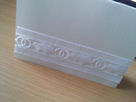 Bílá saténová svatební stuha s výsekem šíře 40mm,
