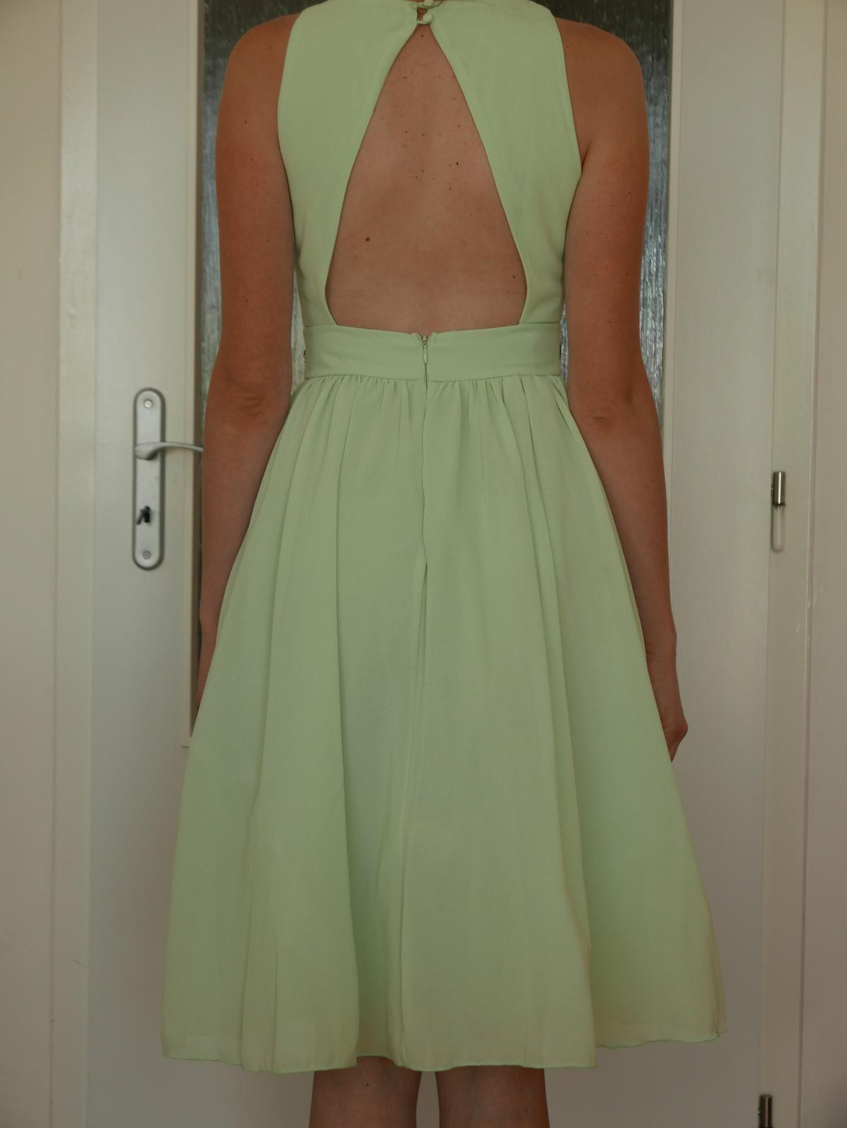 Spoločenské šaty po kolena 43c40dc462