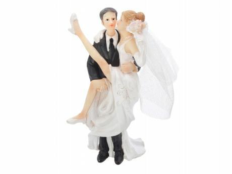 Figurka Ženich držící rozjařele nevěstu v náruči,