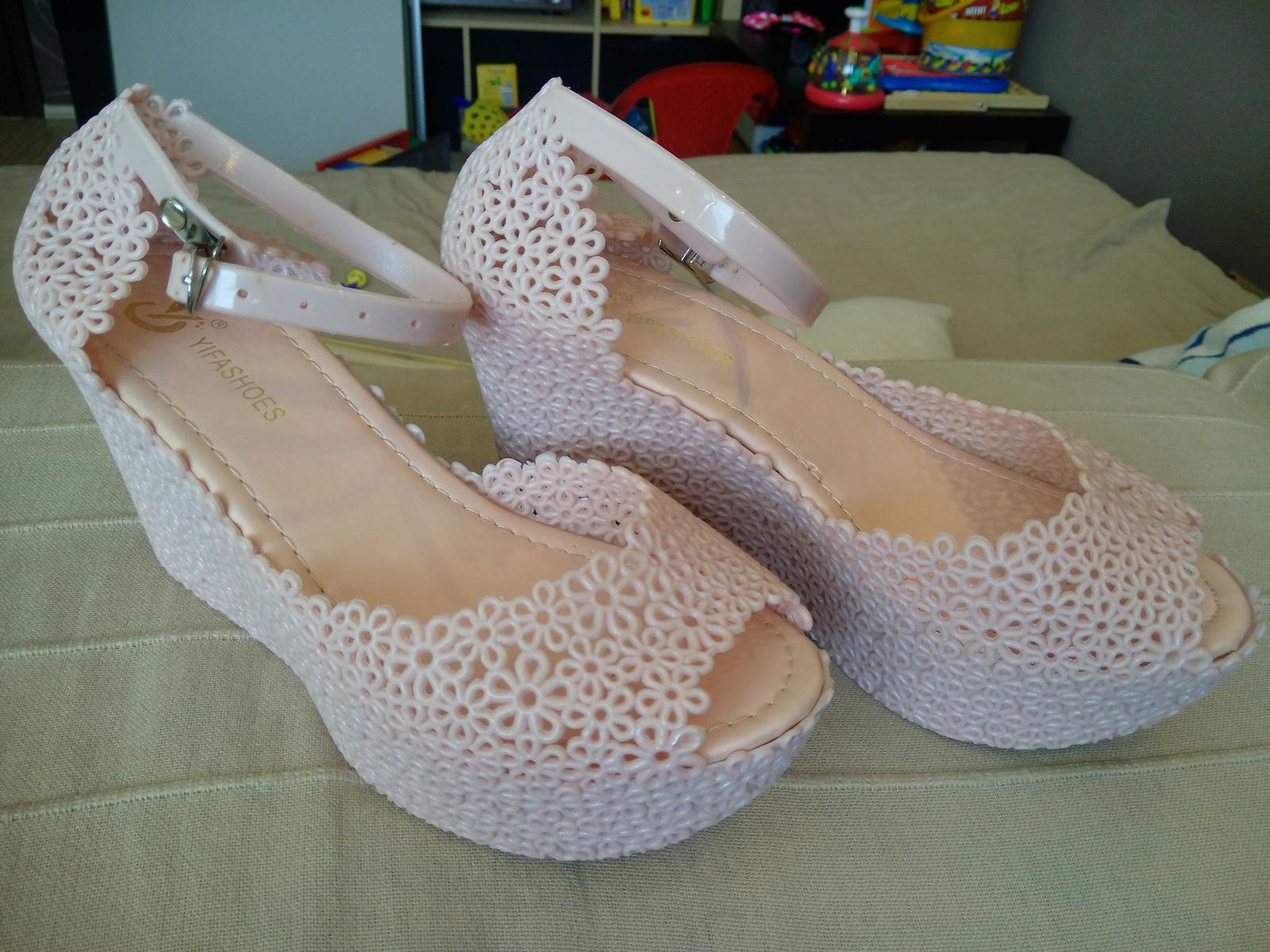 0e543a8a9dbd Gumené sandálky