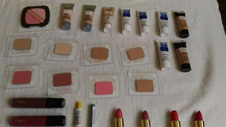 testry dekorativní kosmetiky 43 ks,
