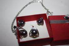 sada šperkov so sivou perličkou,