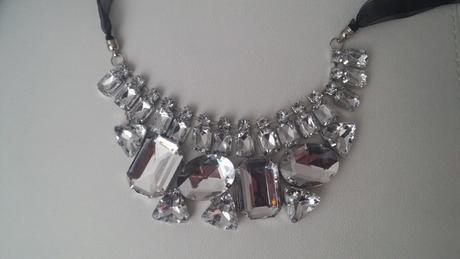 výrazný náhrdelník,