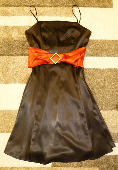 Saténové čierne šaty s červenou šerpou a brošňou, 36