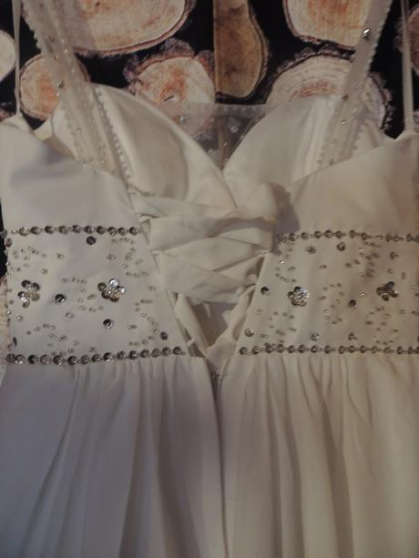 Jednoduché svatební šaty s kamínky, 40