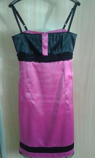 Krátke elegantné saténové šaty s čipkou., 36