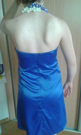 Krátke saténové šaty s perličkami okolo krku, 38