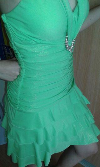 Žiarivé zelené krátke šaty., 36