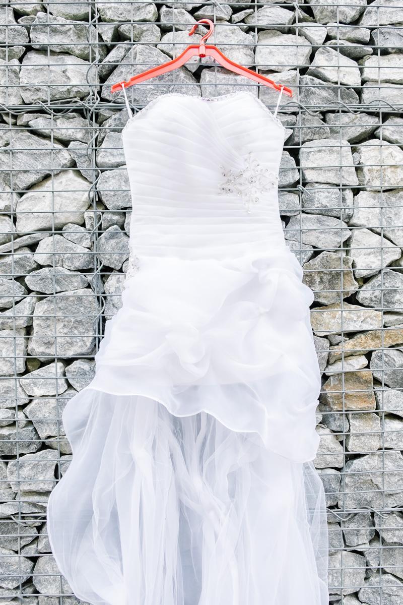 bfbb98d7dbd Netradiční svatební šaty - krátké s vlečkou