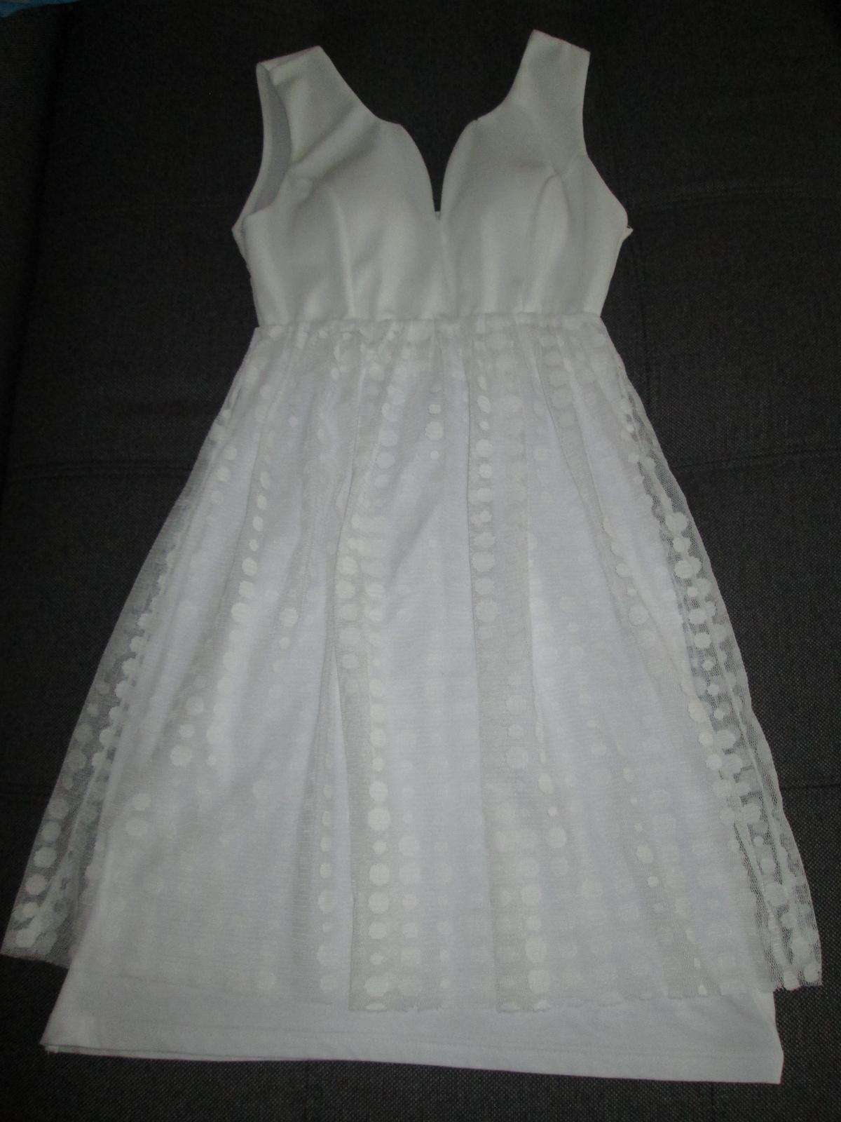 21fd0e9a2b36 Puntíkovaté popůlnoční šaty