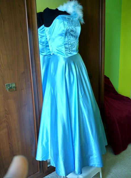 Famózní šaty s peříčky, 38