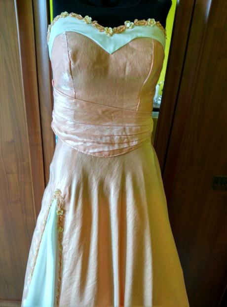 Plesové, maturitní či netradiční svatební šaty, 38