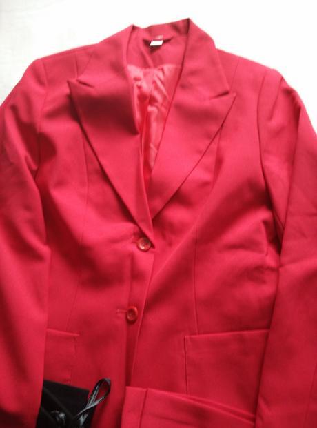 červený kostým, černé kalhoty, bílá košile, šaty, 42