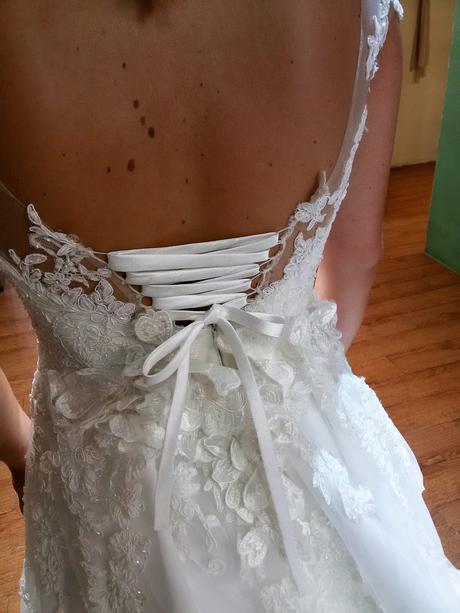 Luxusní ručně šité svatební šaty s vlečkou, 38