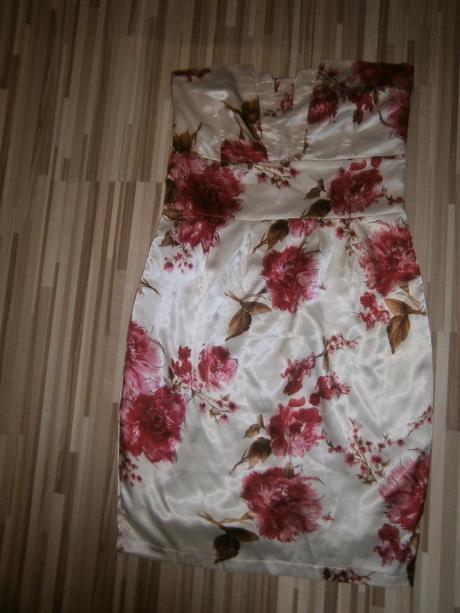Biele šaty na červené kvety, 32