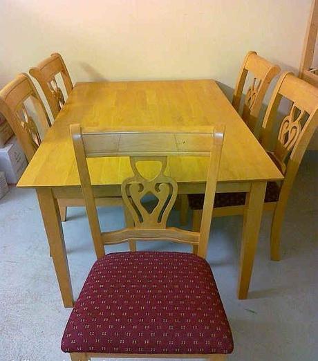 Jedálenský stôl zo stoličkami,