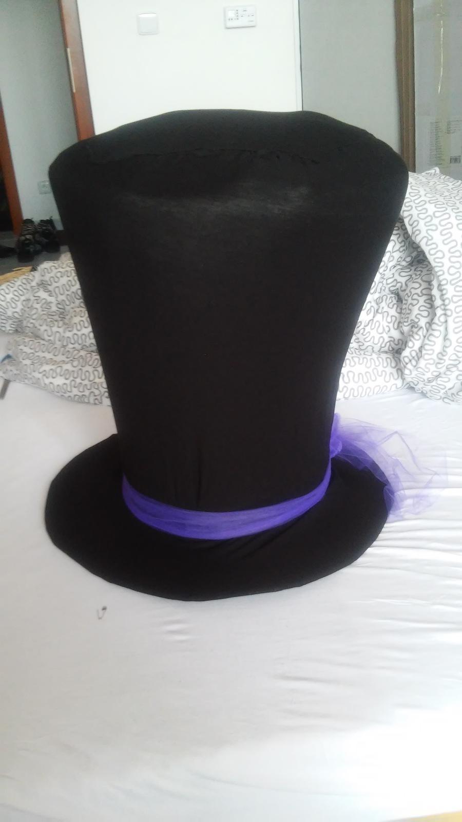 a1a03857e3e Obří klobouk na auto ženicha a korunka pro nevěstu