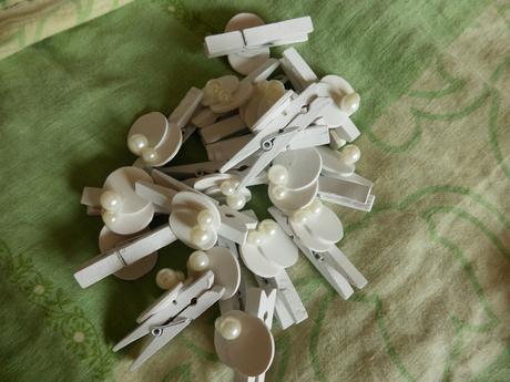 Bílé kolíčky s perličkou, cca 5 cm,