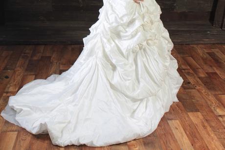 Zdobené šaty s vlečkou , 42