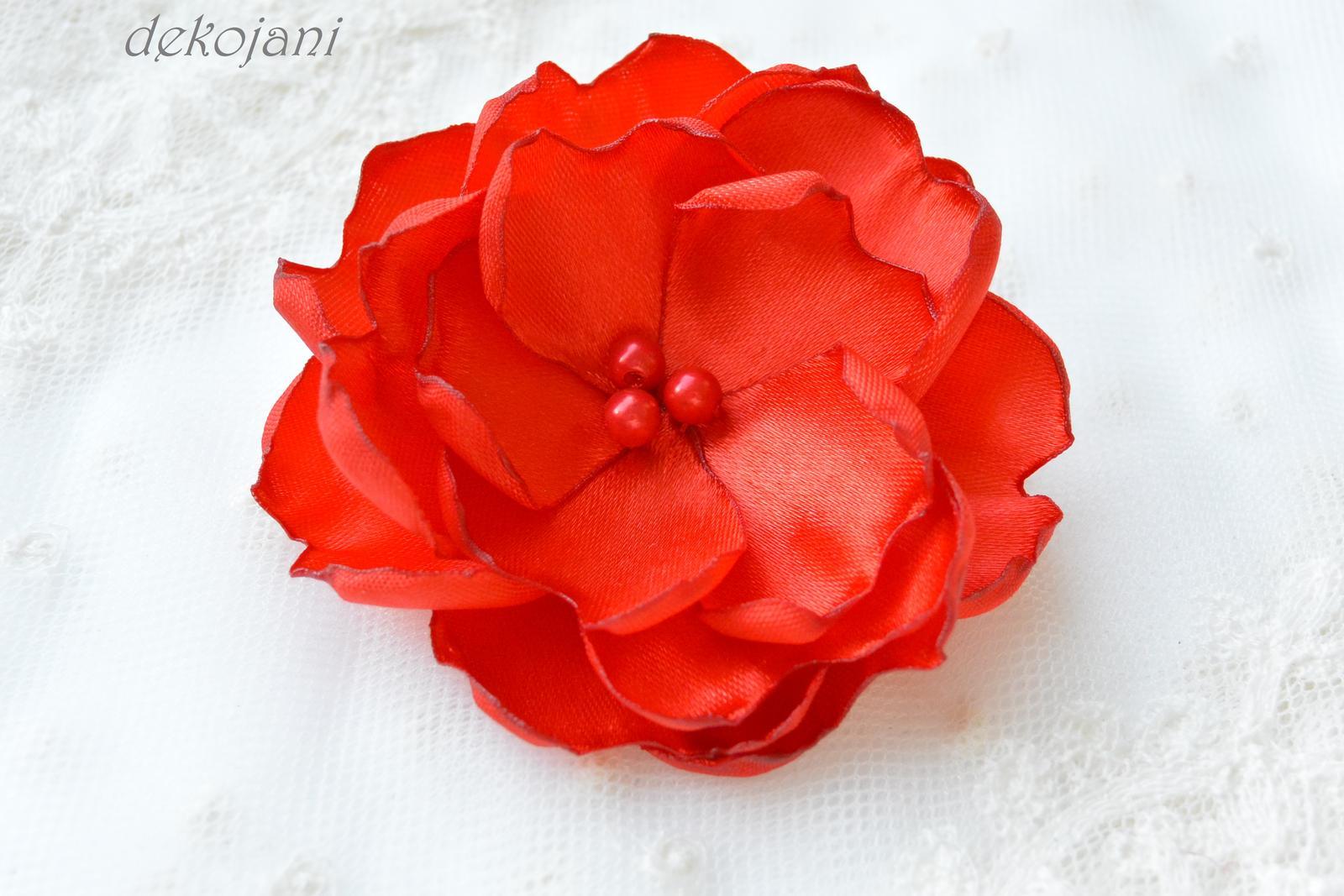 Červená květina do vlasů na pevné pinetě 34ddf63076