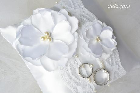 Bílá květina do vlasů na pinetě,