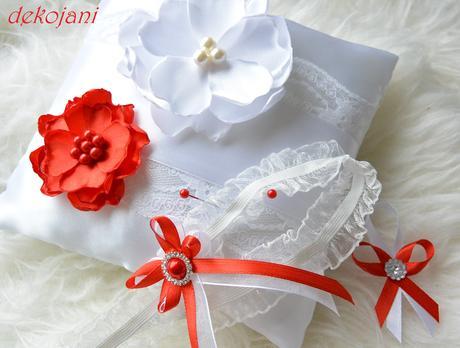 Červená květina do vlasů na pevné pinetě,