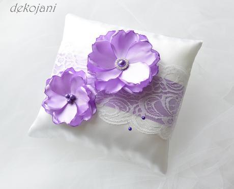 Fialový polštářek pod pstýnky s květinami,