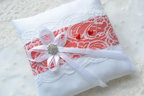 Krajkový červený svatební polštářek,