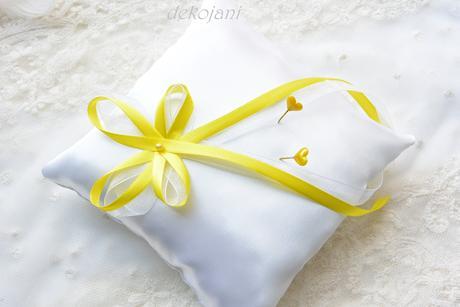 Krajkový žlutý polštářek pod prstýnky,
