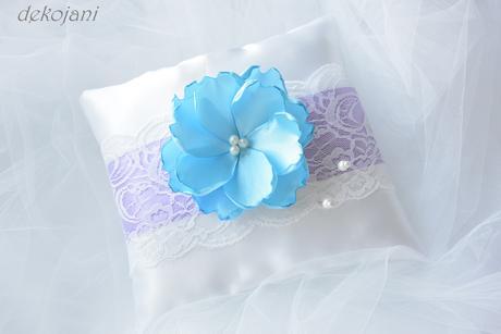 Modrá květina na kovové pinetě,