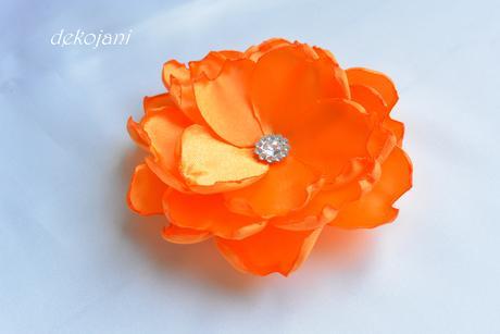 Oranžová květina na pinetě,