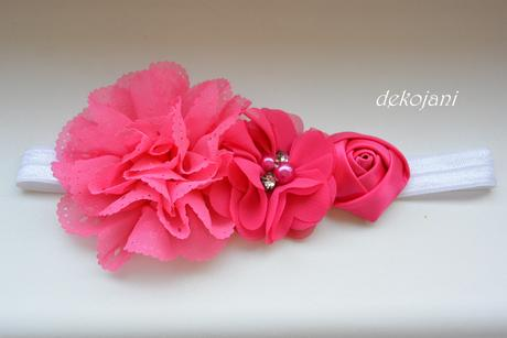 Růžová květina do vlasů na pevné pinetě,