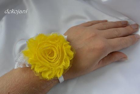 Saténový polštářek se žlutou kytkou,
