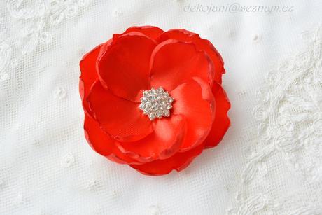 Svatební květina do vlasů na pinetě,
