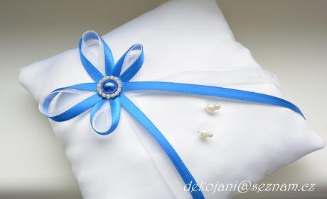 Svatební polštářek s modrou broží,