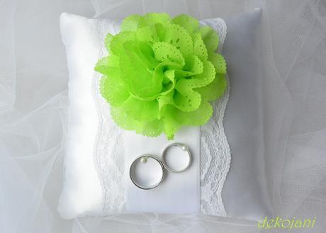 Svatební polštářek s pistáciovou kytkou,