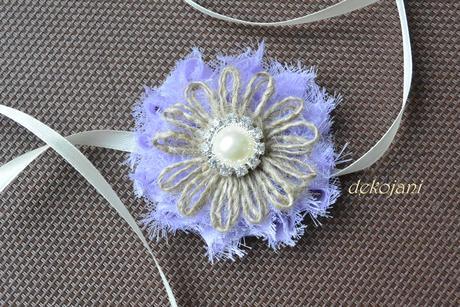 Světle fialová květina na stříbrné čelence,